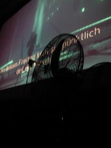 Der Ventilator vor der Leinwand bläst den Duft in den Kinosaal